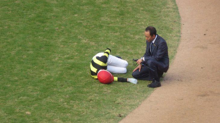 【競馬】秋山騎手、パドックで負傷